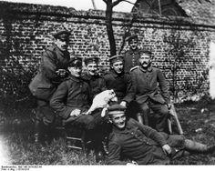 Adolf Hitler (derecha) junto a varios compañeros durante la guerra.