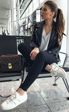 Take a look at 25 best airport style winter outfits to copy to your next flight in the photos below and get ideas for your own outfits! Beyond obsessed with this look like a comfy and cute outfit for flying. Cute Fall Outfits, Casual Winter Outfits, Spring Outfits, Outfit Summer, Cute Travel Outfits, Autumn Outfits, Casual Travel Outfit, December Outfits, Pretty Outfits