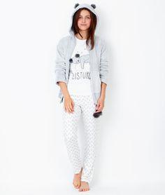 Au programme cet hiver dans ce pyjama ultra doux: hibernation ! Un conseil, ne pas déranger!   • Pyjama 3 pièces • Veste doudou détails capuche • Tee-shirt manche longues  • Pantalon imprimé  • Le mannequin mesure 177cm et porte une taille S/36