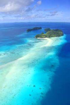 潮の満ち引きによって姿を表したり隠したりする「ロングビーチ」。パラオ旅行の観光スポットまとめ。