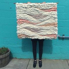 @jeanniemakes weaving // weaving wall hanging with wool roving