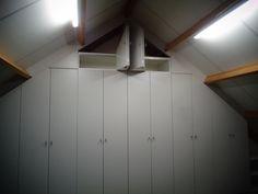 Grote kast op maat onder schuine wanden voor op zolder. Er is gebruik gemaakt van draaideuren en vouwdeuren. Bij elkekastopmaat.nl