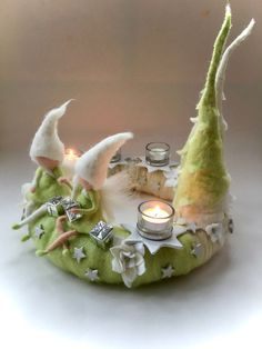 Adventskranz mit 4 Stern Kerzenhalter aus Keramik mit glas einsetzt ,gefilzten Blumen,Elfen und 2 Tannenbäumen. Der Kranz hat einen Durchmesser ca.38cm.und ist ca.38cm.hoch.  ...