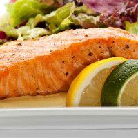 DELICIOSO SALMON AL HORNO Ingredientes:  • 4 filetes de salmón (115 g c/u)  • ¼ cucharadita de pimienta negra  • ¼ cucharadita de sal  • ½ cucharada de perejil  • 1 cucharada de jugo de limón