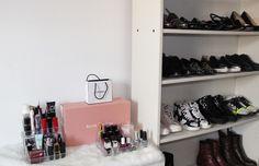 Mam repurposed biały regał do domu mojej kolekcji butów.  To trzyma mnie organizowany od Miałem straszny zwyczaj pozostawienia moje buty po całym domu.