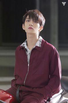 "ー ""what kind of nincompoop still uses kik?"" a groupchat of 13 people is just too much. Woozi, Wonwoo, Jeonghan, Seungkwan, Jisoo Seventeen, Joshua Seventeen, Seventeen Album, Seventeen Memes, Hip Hop"