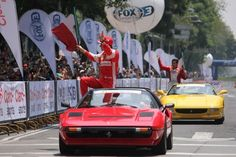 Miles de persona en el espectáculo de Ferrari en Paseo de la Reforma