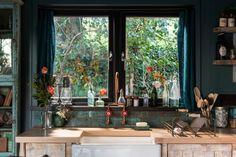 Fotka článku Bath Tub For Two, Sawn Timber, Wrap Around Deck, Teal Walls, Comfy Sofa, Rainfall Shower, Log Burner, American Modern, Exposed Wood