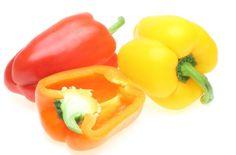 ピーマンを大きくしたようなパプリカ。ただ大きいだけではなく栄養価はピーマンよりも高く、味は甘く、赤や黄色、オレンジなど色もきれいなのでいろいろな料理に楽しく利用できる頼もしい食材です。ピーマンが嫌いな人には是非ともお薦めの野菜ですね。#健康#Food#料理#レシピ#Recipe