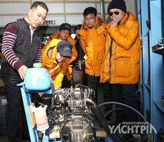 요트운항관리사 실기교육에서 '가코마린' 곽원철 대표가 교육생들(궁인창, 김신환 등)에게 요트 엔진의 설명과 중요성에 대해 설명하고 있다.