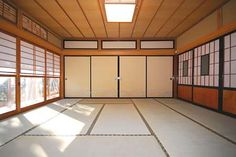 Would be so cool to have a tatami mat spring loaded room to throw/get thrown around in at home Traditional Japanese House, Japanese Interior Design, Japanese Design, Interior Designing, Tatami Room, Tatami Mat, Kendo, Japanese Dojo, Japanese Living Rooms