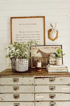 Cozy Cottage Den – Most Comfortable Things White Cottage, Cozy Cottage, Cottage Style, Cottage Design, Farmhouse Chic, Vintage Farmhouse, Farmhouse Plans, Shabby, Home Decor Accessories