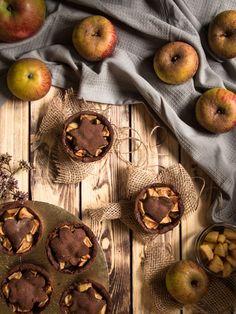 Mini Schoko-Apfelpies - Bites of Delight Food Styling, Wood Watch, Mini, Apple Pie, Cling Film Wrap, Apple Tea Cake, Play Dough, Recipies, Wooden Clock