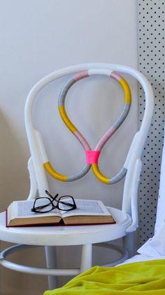 relooker des meubles, chaise relookée avec des fils en couleurs