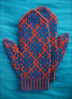 Showing off my Himalayas-inspired #knitting efforts: Endless Knot Mittens http://www.greentea.tk/2014/01/endless-knot-mittens-russian-style.html