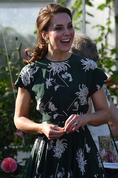 The Duchess of Cambridge wears a dark green Rochas dress to attend the RHS Chelsea Flower Show Moda Kate Middleton, Style Kate Middleton, Kate Middleton Photos, Chelsea Flower Show, Lady Diana, The Duchess, Herzogin Von Cambridge, Princesa Kate, Expensive Clothes
