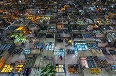 """Con oltre sette milioni di abitanti """"stipati"""" in soli 424 chilometri quadrati, Hong Kong si piazza al secondo posto al mondo per la sua densità abitativa. Nella serie """"Stacked"""" - ammassati - il fotografo australiano  Peter Stewart  ha voluto raccontare il caledoscopio di i"""