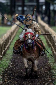 """Yabusame (流鏑馬) is a type of mounted archery in traditional Japanese archery. An archer on a running horse shoots three special """"turnip-headed"""" arrows successively at three wooden targets. Geisha, Aikido, Japanese Culture, Japanese Art, Traditional Japanese, Traditional Archery, Mounted Archery, Bushido, Japanese Warrior"""