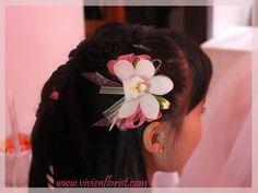 The bride has decided to give the 2 little flower girls this cute little hair pin. It is simply a cymbidium orchid decorated with some greenery and pink ribbons! Wedding Flower Arrangements, Floral Arrangements, Wedding Flowers, Pink Ribbons, Cymbidium Orchids, Island Weddings, Flower Girls, Montreal, Hair Pins