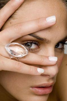 Anéis com pedra: 10 peças (lindas) que deixam o visual mais sofisticado