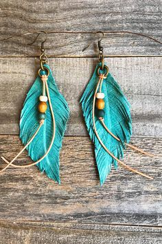 Leather earrings These 3 12 Hand Made Leather Feather earrings with Natural Leather and Buffalo Bone Trim have Nickel Free Antique Brass Ear Wires. Total drop just over These beauties dont go unnnoticed Diy Leather Earrings, Diy Earrings, Leather Jewelry, Leather Craft, Leather Bracelets, Wire Wrapped Jewelry, Wire Jewelry, Jewelry Crafts, Handmade Jewelry