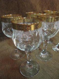 Conjunto com 6 taças de vinho em cristal com detalhes em ouro.