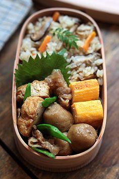 <本日のメニュー> きのこの炊き込みご飯(鶏肉・しいたけ・しめじ・舞茸・にんじん) 里芋の煮っ転し 厚揚げと豚バラ肉の味噌炒め 玉子焼き