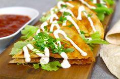 Fyllda tortillas med tacosås, karamelliserad lök och mozzarella!