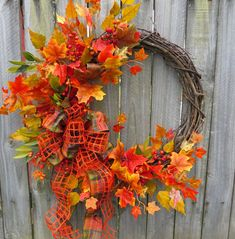 couronne de porte en brindilles, baies rouges et feuilles d'automne, décorée…