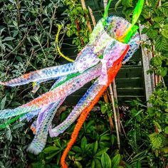 """Heather Sugden on Instagram: """"🌬️Wind Catcher♻️ Today's weather has been wet and windy for us! 🌧️🌬️ This simple wind catcher craft was the ideal activity to encourage my…"""" Todays Weather, Bubble Wrap, Catcher, Bubbles, Activities, Simple, Crafts, Instagram, Manualidades"""