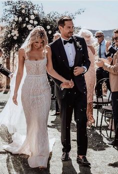 We know you want the best wedding photos. From traditional to unique - here you'll find perfect wedding photo ideas! Ibiza Wedding, Wedding Day, Wedding Bride, Wedding Ceremony, Destination Wedding, Dream Wedding Dresses, Bridal Dresses, Wedding Fotos, Monsieur Madame