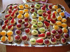 Připravíme si těsto na košíčky, všechny ingredience smícháme a vypracujeme v hladké těsto, které dáme na 1 hodinu do ledničky. Když je těsto... Fruit Salad, Minis, Sushi, Treats, Cooking, Ethnic Recipes, Sweet, Advent, Wedding