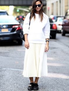 Pin for Later: All the Best Street Style From New York Fashion Week NYFW Street Style Day 4 This is how you do Autumn whites. Nyfw Street Style, Cool Street Fashion, Street Style Looks, Street Chic, Street Styles, Street Snap, Sunday Brunch Outfit, Sunday Outfits, White Pleated Skirt