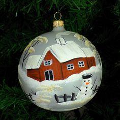 Glob de sticla cu peisaj si om de zapada gri | Fuleki Glass Glass Christmas Ornaments, Christmas Balls, Glass Ball, Cottage Homes, Cottages, Cities, Buildings, Bulb, Houses