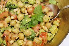 Kichererbsen-Avocado-Salat mit Hanfsamen und Pinienkernen