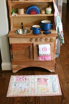 Wooden kids kitchen unit--- sweet model of a real tiny kitchen unit? Diy Play Kitchen, Toy Kitchen, Kitchen Unit, Play Kitchens, Diy For Kids, Crafts For Kids, Natural Toys, Creative Play, Wood Toys