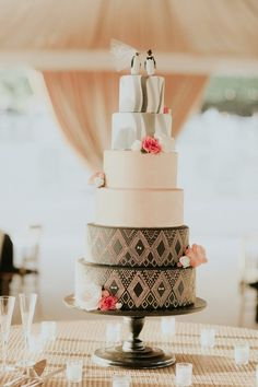 Your wedding cake is a decor element all its own! Check out these 9 sweet weddin. - Your wedding cake is a decor element all its own! Check out these 9 sweet wedding cake trends for 2 - Floral Wedding Cakes, White Wedding Cakes, Wedding Cake Designs, Wedding Cake Toppers, Zulu Traditional Wedding, Traditional Cakes, Cake Trends 2018, Eclectic Wedding, Elegant Wedding