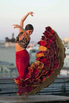 Este es un vestido Flamenco tradicional para chicas en Espana.  Chicas se llevan este vestido cuanda bailando el Flamenco.