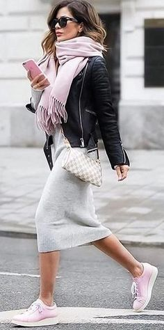 Street Chic rosa Turnschuhe Fransen Schal Strickkleid Lederjacke The post Street Chic rosa Turnschuhe Fransen Schal Strickkleid Lederjacke appeared first on Woman Casual - Woman Dresses How To Wear Sneakers, Pink Sneakers, Dress With Sneakers, Sneakers Fashion, Sneakers Style, Winter Sneakers, Ladies Sneakers, Pink Trainers Outfit, Sneakers Outfit Summer