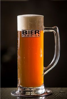 РОССО Для нашего пива красный эль, мы используем три вида солода; Pils-, Cara- и Carared солода. Наша рубиново-красный Россо является гладкой и солодовый пиво с какой-то сладости. Горечь приходит в основном из чешских хмеля.  РОССО  является фруктовый эль пиво и имеет красивый нос. Короче: освежающий утоляет жажду с мягким вкусом. алк. % 5,6