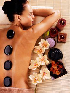 Elämyslahjat, 1. krs. Hot Stone Massage, 78 € / 50 min. Lämpöä hehkuva hoitokokonaisuus Hot Stone -hieronta saa lihakset vetreiksi.