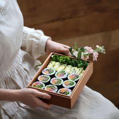 속 재료가 가득 담긴 김밥을 보면 절로 흐뭇한 기분이 들죠~ 언제, 어느 때 먹어도 맛있는 불고기김밥을 말았는데요. 아내의 식탁 레시피에는 적채와 상추를 더해 발란스와 식감을 맞춰봤...