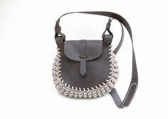 Klotho is een middelgrote tas die leder en 100 meter van gebreide wol combineert. Klotho heeft een compartiment met magnetische sluiting, een afneembare lederen zak en verstelbaar zwart leder strap(+12cm).