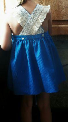 Vestido niña en pique azul con espalda cruzada y bordados