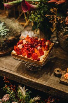 Torta de morango e frutas vermelhas da Soul Sweet embelezando a mesa de doces do Celeiro Quintal. #docedecasamento #decor #weddingdecor #decoraçãodecasamento