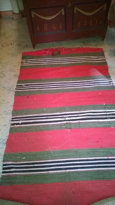 Äidin kutoma matto saunanvintissä. Vintissä myös kapioarkku vuodelta 1861 Recycled Fabric, Woven Rug, Recycling, Bohemian Rug, Weaving, Rugs, Home Decor, Farmhouse Rugs, Weaving Looms