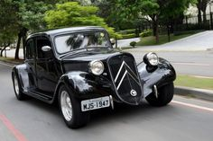 Citroën Traction 1947 Psa Peugeot Citroen, Citroen Car, Retro Cars, Vintage Cars, Antique Cars, Vintage Motorcycles, Cars And Motorcycles, Art Deco Car, Traction Avant