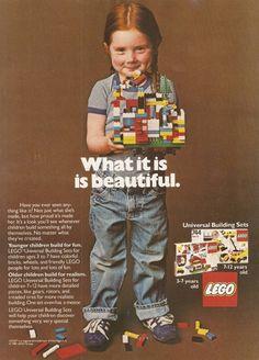 1981 yılına ait reklam görselindeki bu küçük kız elinde bir Lego seti tutuyor. Lego'ların hiçbiri pembe değil ve kız çocukları için özel üretilmemiş. Bu döneme ait oyuncaklar sadece kızlara değil bütün çocuklara hitap ediyordu. Bugünse bu yaklaşımın değiştiğini çok yakından takip ediyoruz. Modern dünyada üretilmiş çocuk oyuncakları olsa da, bu yaklaşım gerek pek çok oyuncağın sunumu, ambalaj ve renkleri gerekse anlattığı hikayeler, sahiplendiği güç kavramları üzerinden dönüştürülüyor…