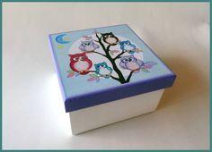 Caixa feita em decoupage e pintura tradicional. Ótima para organizar remedinhos e objetos do bebê.  Tamanho: 17x17cm (Altura: 10cm)  Fazemos na cor e tema de sua escolha. R$ 25,00