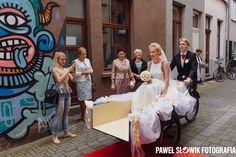 Młodzi nie zawsze do ślubu jadą samochodem... w Belgii są takie pojazdy ;) Jedyny mój ślub gdzie pomiędzy domem młodych, kościołem i salą poruszałem się rowerem :)